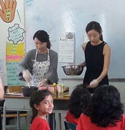GRade 2 students making sushi as part of hindi lesson on Japan